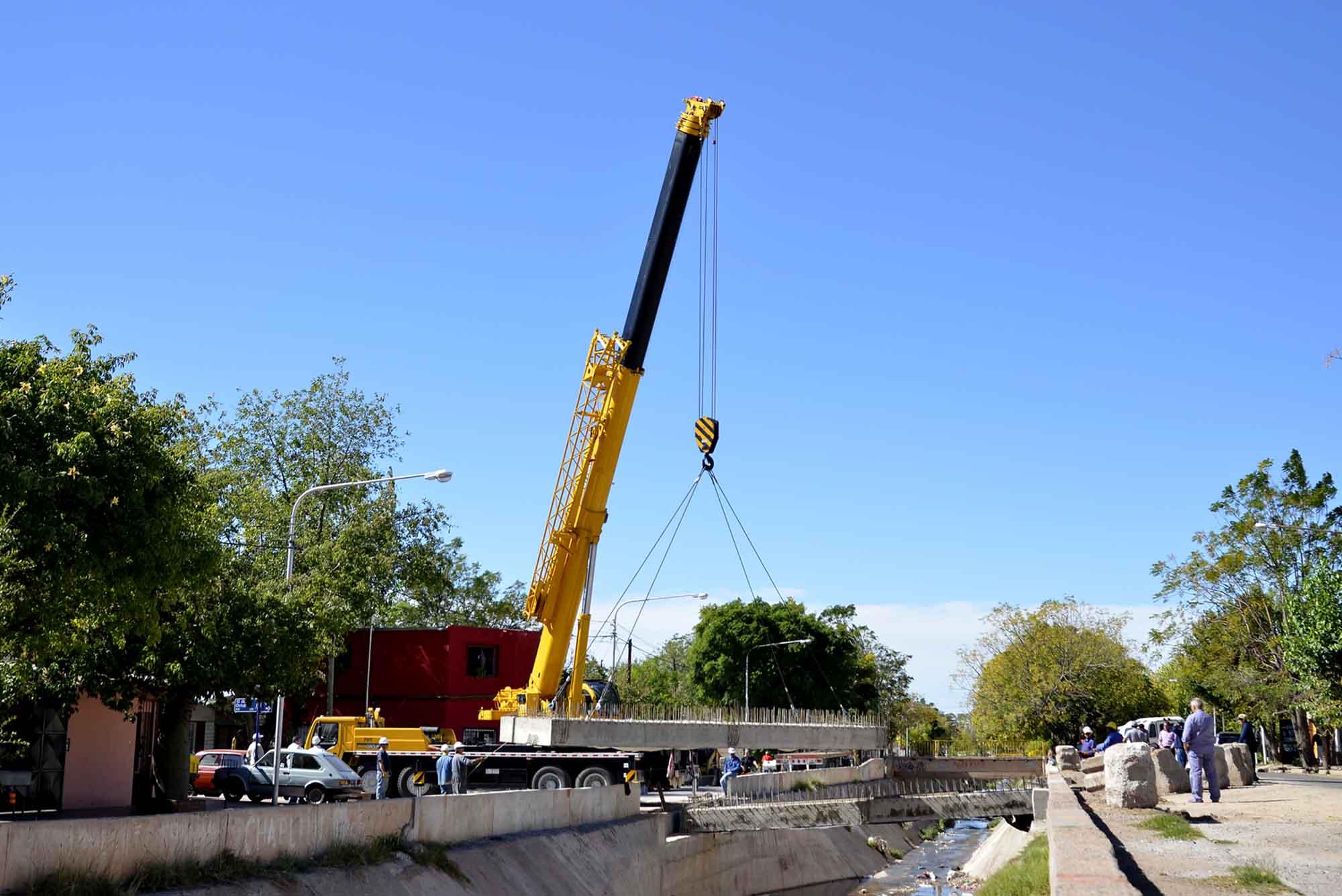 Construcción de puente 12 de Oct